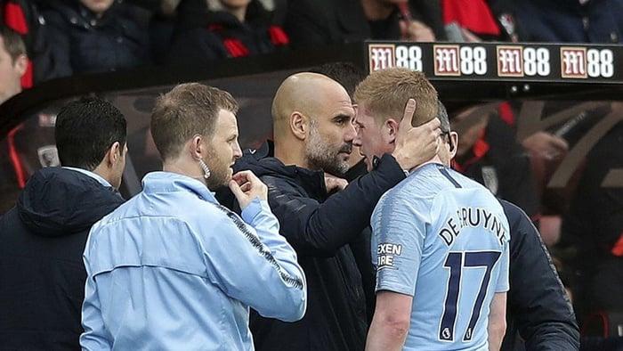 Manajer Manchester City Pep Guardiola dan Kevin De Bruyne. Adam Davy / PA melalui AP