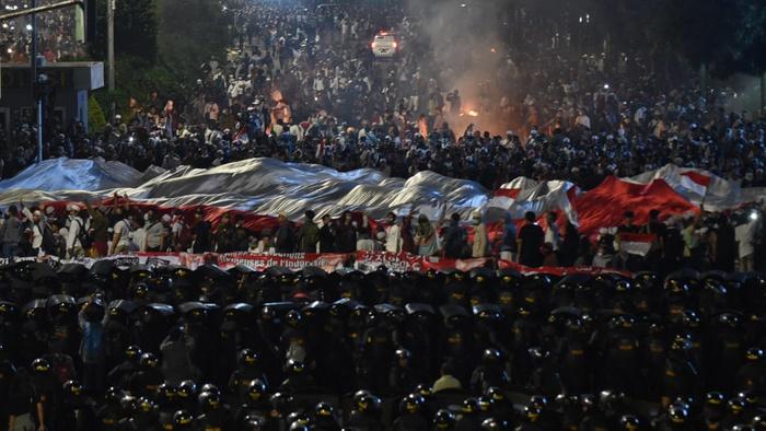 Bentrok antara massa aksi dan polisi kembali terjadi di depan Gedung Bawaslu, Jakarta, Rabu (222/5/2019). tirto.id/Andrey Gromico