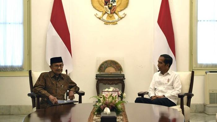Presiden Joko Widodo (kanan) berbincang dengan Presiden ketiga RI BJ Habibie di Istana Merdeka, Jakarta, Jumat (24/5/2019).  ANTARA FOTO/Puspa Perwitasari/WSJ.