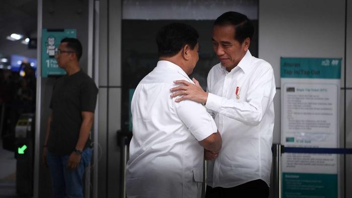 Presiden Joko Widodo (kanan) dan Ketua Umum Partai Gerindra Prabowo Subianto (kedua kanan) berpelukan saat tiba di Stasiun MRT Lebak Bulus, Jakarta, Sabtu (13/7/2019).ANTARA FOTO/Wahyu Putro A/wsj.