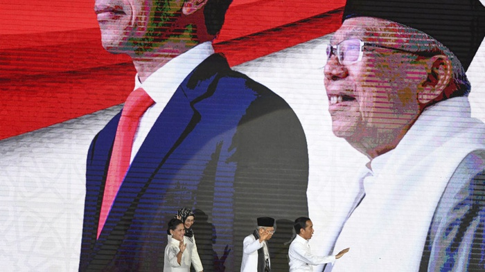Presiden dan Wakil Presiden terpilih Joko Widodo (kanan) dan KH Ma'ruf Amin (kedua kanan) bersama Ibu Irianan Joko Widodo (kiri) dan Ibu Wury Estu Handayani (kedua kiri) menyapa pendukung sebelum memberikan pidato pada Visi Indonesia di Sentul International Convention Center, Bogor, Jawa Barat Minggu (14/7/2019). Joko Widodo menyampaikan visi untuk membangun Indonesia di periode kedua pemerintahannya diantaranya pembangunan infrastruktur, pembangunan sumber daya manusia, investasi, reformasi birokrasi dan efektifitas serta efisiensi alokasi dan penggunan APBN. ANTARA FOTO/Hafidz Mubarak A/pd.