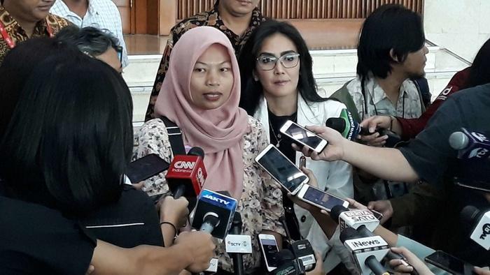 Baiq Nuril (kiri) saat hadir di Gedung DPR didampingi politikus PDIP Rieke Diah Pitaloka, Selasa (16/7/2019). Tirto.id/Bayu Septianto.