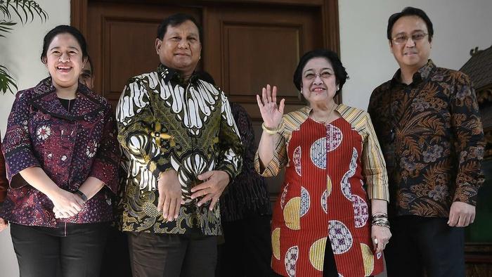 Ketua Umum PDI Perjuangan Megawati Soekarnoputri (kedua kanan) didampingi Puan Maharani (kiri) dan Prananda Prabowo (kanan) menerima Ketua Umum Partai Gerindra Prabowo Subianto (tengah) di kediaman Jalan Teuku Umar, Jakarta, Rabu (24/7/2019).  ANTARA FOTO/Puspa Perwitasari.