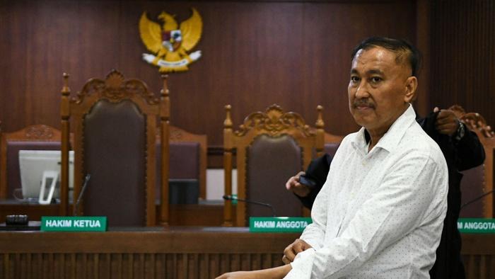 Terdakwa kasus dugaan korupsi KTP elektronik Markus Nari bergegas usai mengikuti sidang dengan agenda pembacaan vonis yang dilakukan oleh majelis hakim di Pengadilan Tipikor, Jakarta, Senin (11/11/2019). ANTARA FOTO/M Risyal Hidayat/aww.