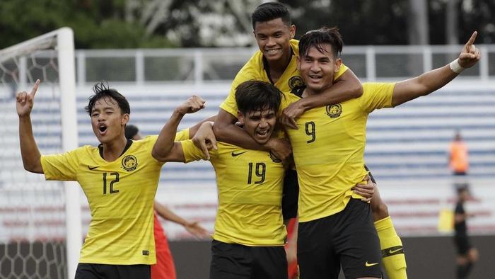 Tim Malaysia Muhammad Hadi Fayyadh Abudl Razak, kanan, merayakan setelah golnya selama pertandingan melawan Myanmar pada pertandingan Grup A putaran pertama mereka di Pesta Olahraga Asia Tenggara ke 30 di Manila, Filipina pada hari Senin, 25 November 2019. Aaron Favila/AP
