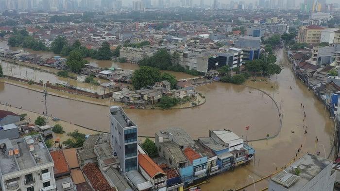 Banjir merendam kawasan Kampung Pulo dan Bukit Duri di Jakarta, Kamis (2/1/2020). ANTARA FOTO/Nova Wahyudi/wsj.