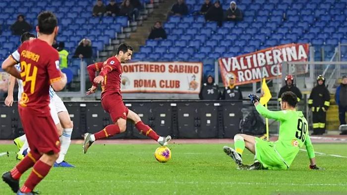 Gelandang AS Roma Henrik Mkhitaryan (tengah) mencetak gol ke gawang SPAL dalam pertandingan Liga Italia yang dimainkan di Stadion Olimpico, Roma, Minggu (15/12/2019). (ANTARA/AFP/ANDREAS SOLARO).