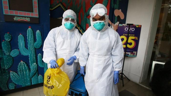 Petugas Dinas Kesehatan DKI Jakarta dengan pakaian pelindung diri lengkap memeriksa Amigos Resto di Kemang, Jakarta, Selasa (3/3/2020). ANTARA FOTO/Rivan Awal Lingga/wsj.