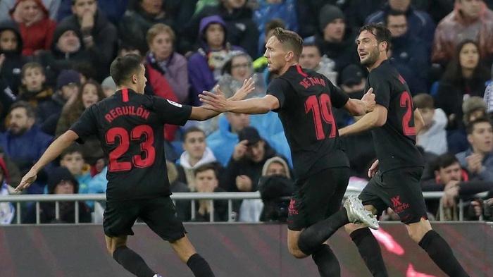 Luuk de Jong, tengah, dari Sevilla merayakan setelah mencetak gol pembuka timnya selama pertandingan sepak bola La Liga Spanyol antara Real Madrid dan Sevilla di stadion Santiago Bernabeu di Madrid, Sabtu, 18 Januari 2020. (AP Photo / Manu Fernandez)