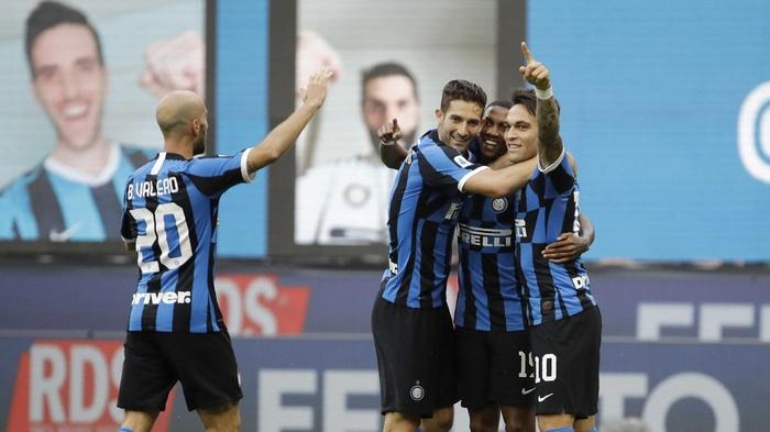 Pemain Inter Milan Ashley Young (kedua kanan) merayakan gol dengan rekan satu timnya Roberto Gagliardini (kedua kiri), Lautaro Martinez (kanan) dan Borja Valero (kiri). (AP Photo/Luca Bruno)