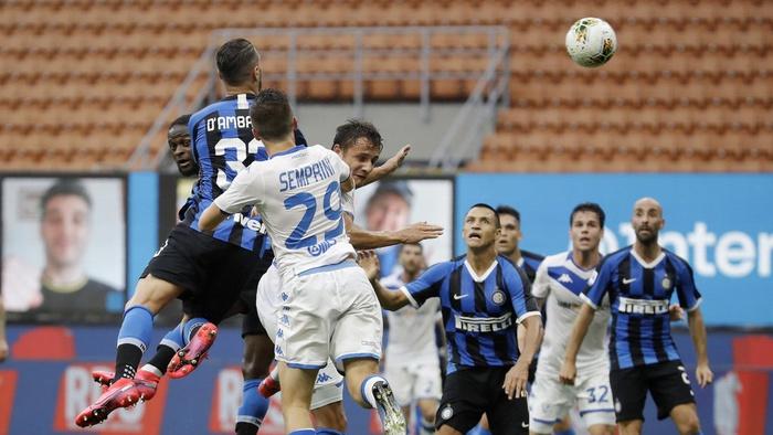 Pemain Inter Milan Danilo D'Ambrosio (kedua dari kiri) mencetak gol ketiga timnya selama pertandingan sepak bola Serie A antara Inter Milan vs Brescia di Stadion San Siro, Italia, Rabu (1/7/2020). (AP Photo/Luca Bruno)
