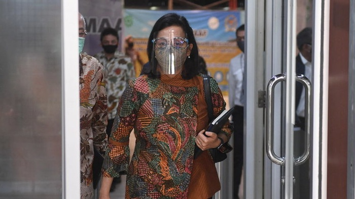 Menteri Keuangan Sri Mulyani berjalan memasuki ruangan untuk mengikuti rapat kerja tertutup dengan Komisi XI DPR di Kompleks Parlemen, Senayan, Jakarta, Senin (6/7/2020). ANTARA FOTO/Akbar Nugroho Gumay/wsj.