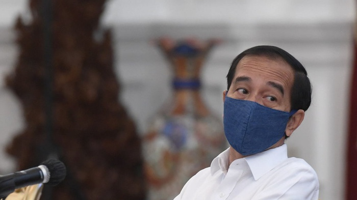 Presiden Joko Widodo bersiap memimpin rapat terbatas (ratas) di Istana Merdeka, Jakarta, Selasa (7/7/2020). ANTARA FOTO/Hafidz Mubarak A/POOL/foc.