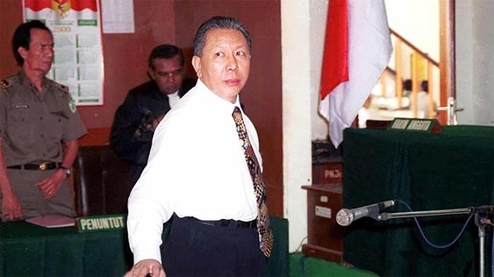 Terdakwa dalam kasus Bank Bali, Djoko S. Tjandra bersiap meninggalkan ruang sidang Pengadilan negeri Jakarta Selatan, Senin (28/2/2000). ANTARA FOTO/Str/Irham/aa.