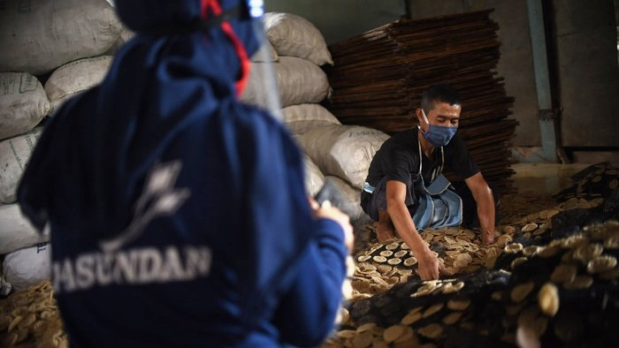 Pekerja  melakukan proses produksi pembuatan kerupuk dengan standar protokol kesehatan Covid-19 di pabrik kerupuk Pasundan Bedahan, Sawangan, Depok, Senin (8/7/2020). tirto.id/Andrey Gromico