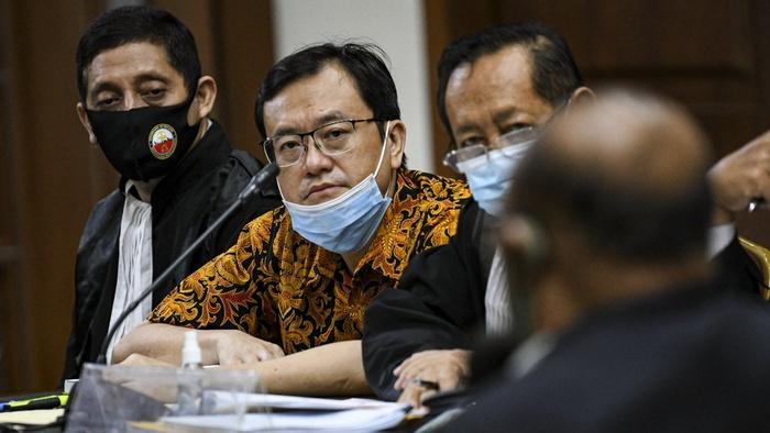 Terdakwa Direktur Utama PT Hanson Internasional Tbk Benny Tjokrosaputro (kedua kiri) mendengarkan keterangan saksi saat mengikuti sidang lanjutan kasus korupsi pengelolaan keuangan dan dana investasi PT Asuransi Jiwasraya di Pengadilan Tipikor, Jakarta, Senin (7/9/2020). ANTARA FOTO/M Risyal Hidayat/wsj.
