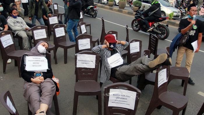 Puluhan mahasiswa Universitas Islam Negeri (UIN) Jakarta menggelar aksi teatrikal,  di depan Kampus UIN Syarif Hidayatullah Ciputat, Tangerang Selatan, Banten, Selasa (6/10/2020). ANTARA FOTO/Muhammad Iqbal.
