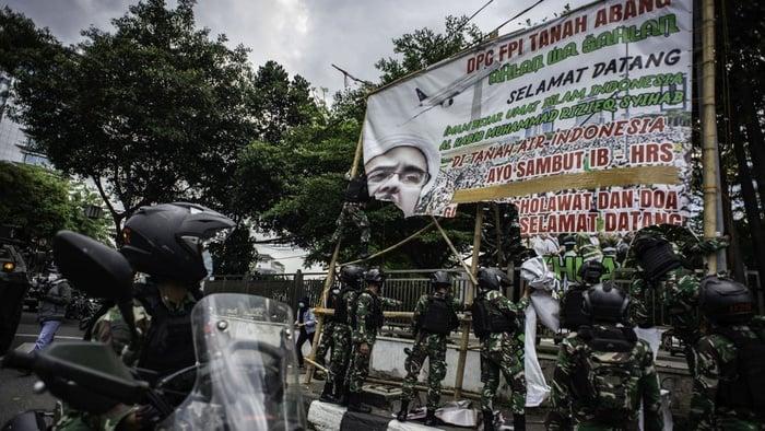 TNI Era Jokowi: Dari Cetak Sawah, Tanam Singkong, Robek Baliho