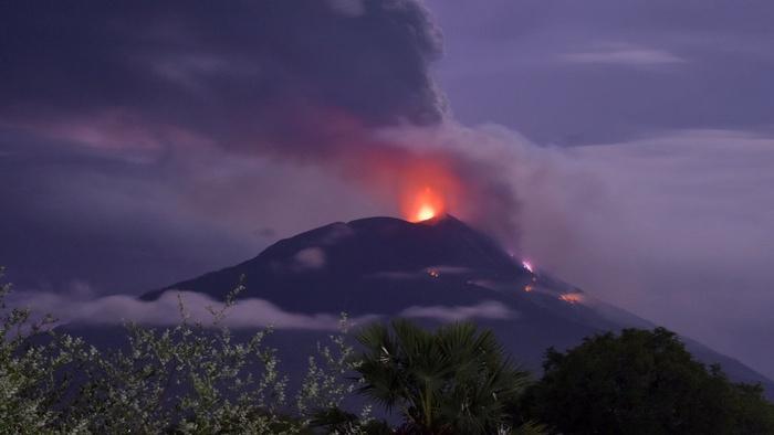 Gunung Api Ili Lewotolok mengeluarkan material vulkanik saat erupsi di Kabupaten Lembata, NTT, Minggu (29/11/2020). ANTARA FOTO/Aken Udjan/KH/aww.
