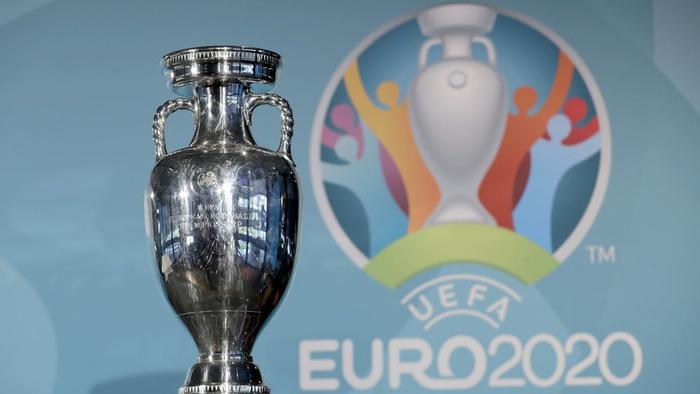 Piala kejuaraan sepak bola Euro di depan logo saat penyerahan logo Munich sebagai salah satu kota <a href='https://manado.tribunnews.com/tag/tuan-rumah' title='tuanrumah'>tuanrumah</a> kejuaraan sepak bola Eropa <a href='https://manado.tribunnews.com/tag/euro-2020' title='Euro2020'>Euro2020</a> di Munich, Jerman. (AP Photo/Matthias Schrader, File)