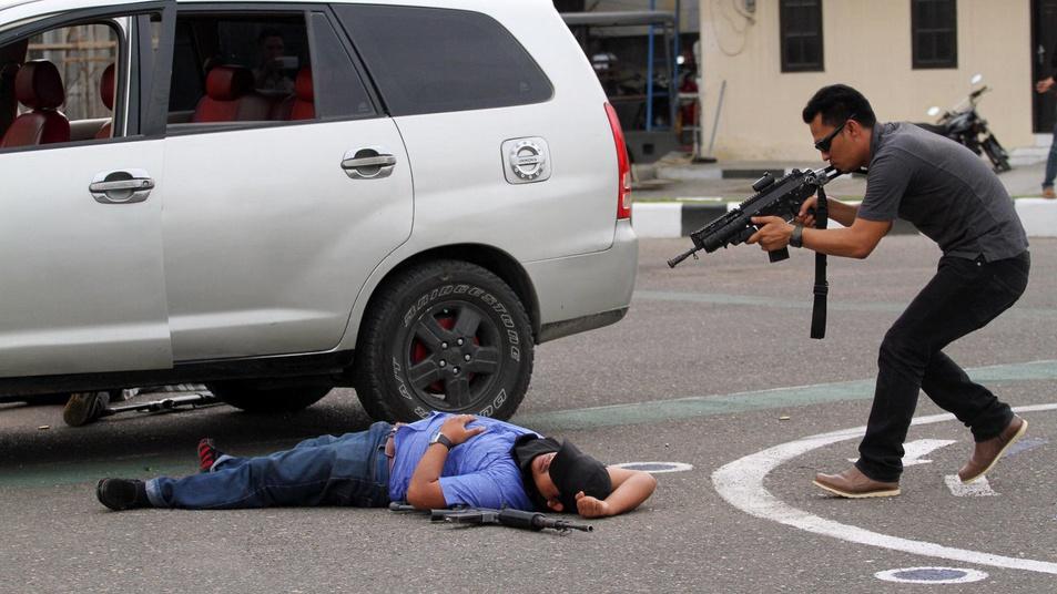 Polisi Baku Tembak