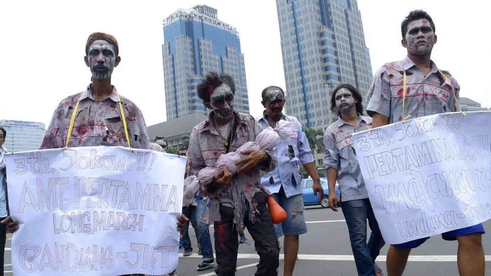 Aksi Berkostum Zombie Buruh Pertamina